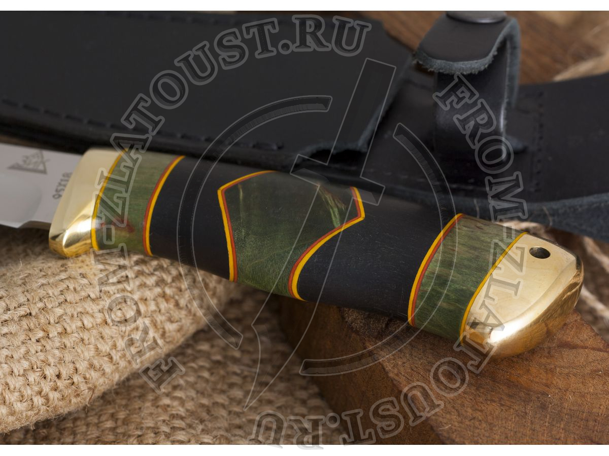 Койот. Рукоять комбинированная люкс: стабилизированная карельская береза, граб, фибра. Латунь. Сталь 95х18